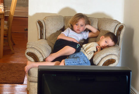kids-watching-tv-saidaonline